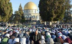 120 ألف مصل في جمعة رمضان الأولى بالأقصى