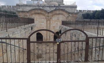 الاحتلال يغلق باب الرحمة بالسلاسل وباقي أبواب الأقصى ويعتدي على المصلين